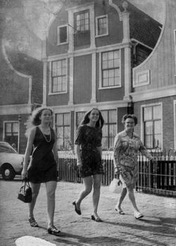 17.   1969. Brigitte, Agnes en moeder