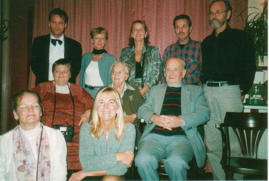 19.   2002.   Staand: Guus, Li, Agnes, Nico, Ko.  Zittend: Gea, moeder, vader, Brigitte en Riet.