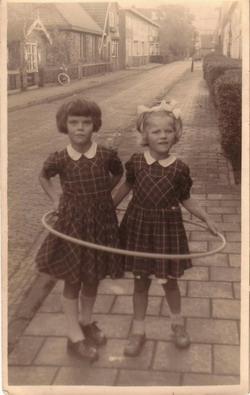 4.      1957.  Brigitte en Agnes.